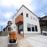鹿児島市M様の店舗付き住宅です。<br /> イタリア料理店「ピッツェリア ケンチ」というお店を営業されています。<br /> <br /> イタリア製の石窯で焼くローマピッツァやパスタなどのイタリア料理を楽しむことができるお店です。<br /> オードブル、イタリアン弁当などテイクアウトメニューも充実しています。<br /> <br /> <br /> ≪ピッツェリアケンチ 〜ローマピッツァ食堂〜≫<br /> 【住 所】 〒891-0150 鹿児島市坂之上5丁目2-32<br /> 【TEL】 099-296-8691<br /> 【駐車場】 5台(軽1台を含む)<br /> 【営業時間】ランチ  11:30~14:00(L.O.)<br />       ディナー 18:00~21:00(L.O.)<br />       不定休